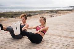 Молодые красивые девушки делая тренировку фитнеса Стоковые Фотографии RF