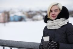 Молодые красивые девушки на прогулке в зиме Стоковое Изображение