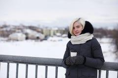 Молодые красивые девушки на прогулке в зиме Стоковые Изображения RF