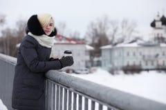 Молодые красивые девушки на прогулке в зиме Стоковые Фото