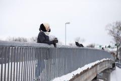 Молодые красивые девушки на прогулке в зиме Стоковая Фотография RF