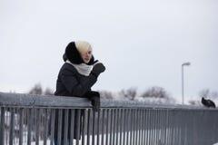 Молодые красивые девушки на прогулке в зиме Стоковые Фотографии RF
