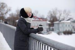 Молодые красивые девушки на прогулке в зиме Стоковое Изображение RF