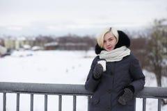 Молодые красивые девушки на прогулке в зиме Стоковая Фотография