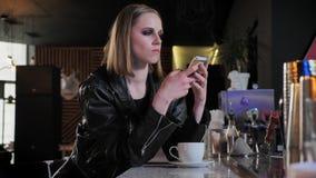 Молодые красивые женщины в черной куртке с тяжелой составляют беседовать на телефоне и смотреть вперед, серьезный, предпосылка ба акции видеоматериалы