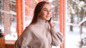 Молодые красивые женщины говоря на телефоне сток-видео