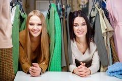 Молодые красивые женщины на магазине ткани Лучшие други деля свободное время имея потеху и ходя по магазинам на моле Стоковая Фотография RF