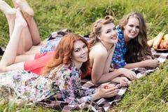 Молодые красивые женщины на пикнике в лете паркуют Стоковые Изображения