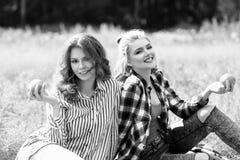 Молодые красивые женщины на пикнике в лете паркуют Стоковое Изображение RF