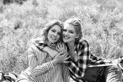 Молодые красивые женщины на пикнике в лете паркуют Стоковое фото RF