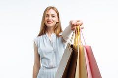 Молодые красивые покупки девушки, представляя с сумками подарка, на белом b Стоковое фото RF