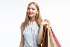 Молодые красивые покупки девушки, представляя с сумками подарка, на белом b Стоковое Фото