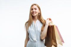 Молодые красивые покупки девушки, представляя с сумками подарка, на белом b Стоковые Изображения