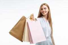 Молодые красивые покупки девушки, представляя с сумками подарка, на белом b Стоковая Фотография RF