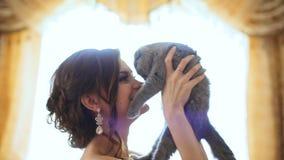 Молодые красивые scottish поцелуя попытки женщины складывают кота но его против этого акции видеоматериалы