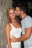 Молодые любовники в влюбленности, мальчик целуя девушку Стоковая Фотография