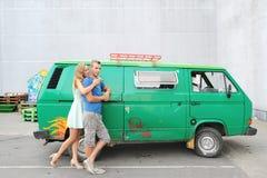 Молодые любящие пары готовя их винтажный зеленый автомобиль Стоковая Фотография