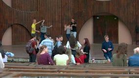 Молодые люди вися вне на внешнем этапе парка сток-видео