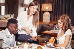 Молодые люди встречая в кафе Стоковое Изображение