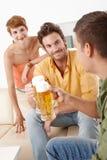 Молодые люди выпивая пиво стоковое изображение