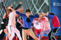 Молодые люди выполняет современный танец Стоковая Фотография