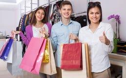 Молодые люди в магазине одежды Стоковые Фото