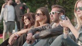 Молодые люди в парке акции видеоматериалы