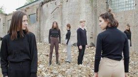 Молодые люди в руинах сток-видео