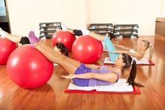 Молодые люди делая тренировки Pilates Стоковые Фото