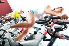 Молодые люди закручивая в спортзал пригодности Стоковые Изображения