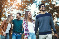 Молодые люди идя через парк Стоковая Фотография