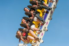 Молодые люди имеет потеху на ярмарке стоковая фотография rf