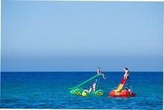 Молодые люди имея потеху на акватических автомобилях в Мальорке, Испании Стоковая Фотография
