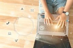 Молодые люди используя cu покупок и значка оплат компьютера онлайн стоковое фото rf