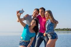 Молодые люди - 2 люд и 2 женщины, брюнет и блондинка - laug Стоковое фото RF