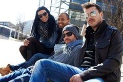Молодые люди наслаждаясь солнечностью стоковые фотографии rf