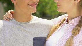 Молодые люди обнимая outdoors, чисто отношения, счастье и романское, крупный план видеоматериал