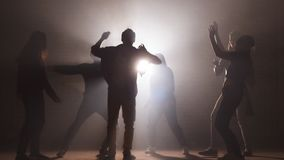 Молодые люди практикуя танец перед шоу r делать прогресс в танце Танцы совместно видеоматериал