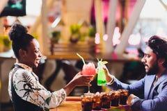 Молодые люди сидя в кафе и говорить Встреча молодого человека и женщины на таблице кафа стоковое изображение rf