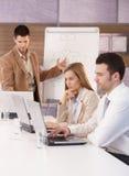 Молодые люди сидя на деловой встрече Стоковые Фото