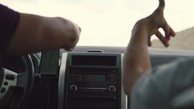 2 молодые люди слушает к музыке в автомобиле акции видеоматериалы
