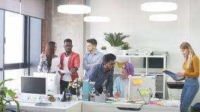 Молодые люди собирает в современный офис имеет обсуждение нового проекта сток-видео