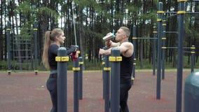 2 молодые люди спорт имея остатки после тренировки на открытом воздухе сток-видео