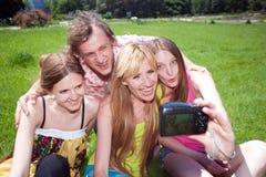 Молодые люди с камерой в парке стоковая фотография rf