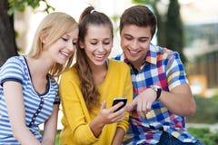 Молодые люди с мобильным телефоном стоковая фотография