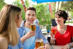 Молодые люди с стеклами холодного пива Стоковые Фото