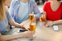 Молодые люди с стеклами холодного пива Стоковое фото RF