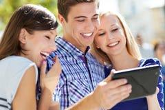 Молодые люди с цифровой таблеткой стоковая фотография rf