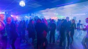 Молодые люди танцует в ночном клубе, timelapse видеоматериал