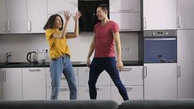 Молодые люди танцуя слушать к музыке дома сток-видео